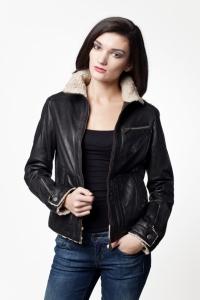 Женская кожаная куртка отделанная мехом